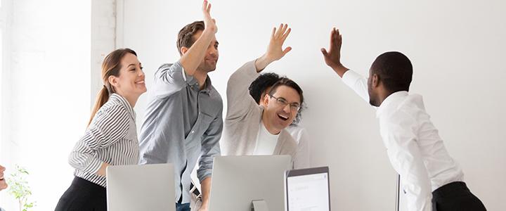 Equipe interagindo em um ambiente de trabalho saudável