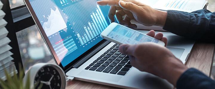 Empresário com notebook controlando os gastos da empresa