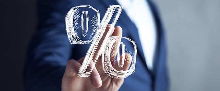 Empresário e um símbolo de desconto dos fornecedores