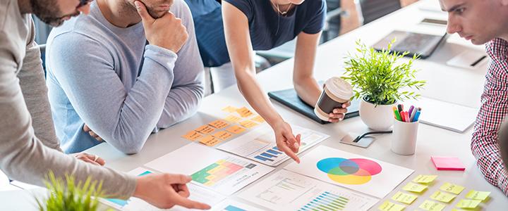 Empresários planejando ações de como atuar no mercado