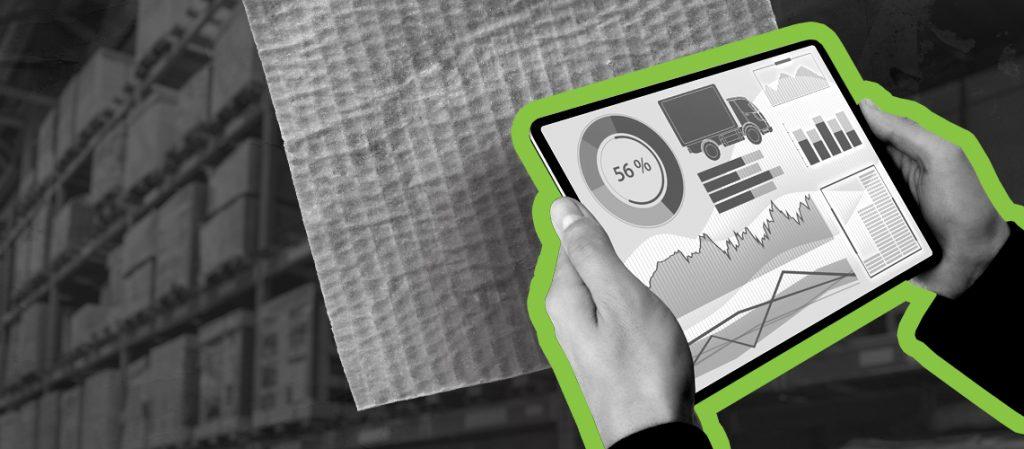 Mão de empresário segurando o tablet na indústria